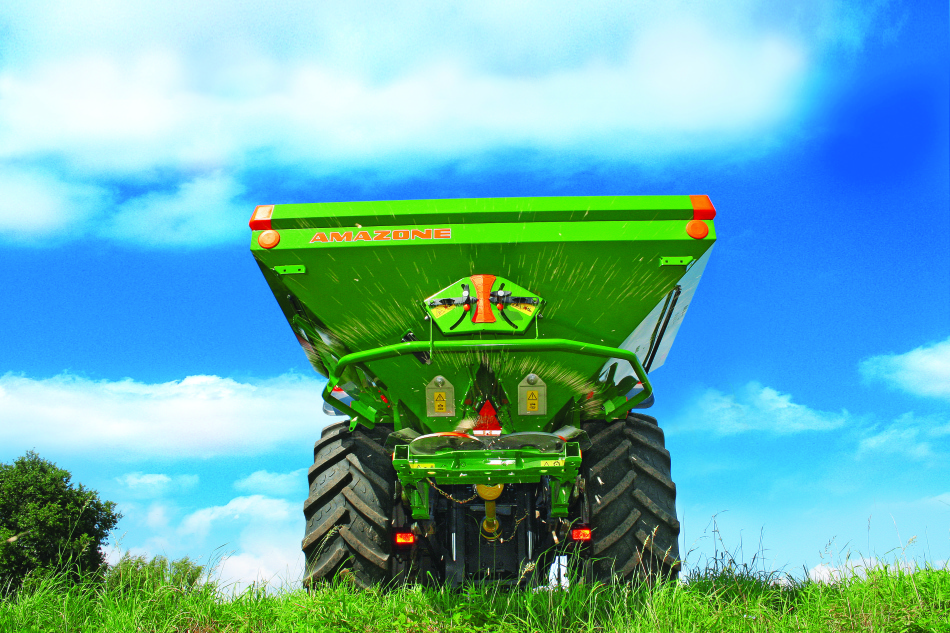 macchina che spande il fertilizzante
