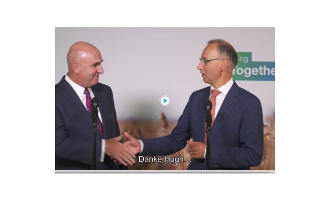(a sin.) Hugh Grant, Chairman and Chief Executive Officer of Monsanto. (a des.) Werner Baumann, CEO of Bayer AG durante la firma dello storico accordo di acquisizione