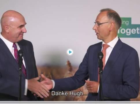 (a sin.) Hugh Grant, Chairman and Chief Executive Officer of Monsanto. (a des.) Werner Baumann, CEO of Bayer AG durante la firma dello storico accordo di acquisizione