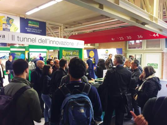 """Lorenzo Tosi, il primo a destra, presso il Tunnel dell'Innovazione, mentre dà il via alla visita guidata """"Innovazione nel vigneto""""."""