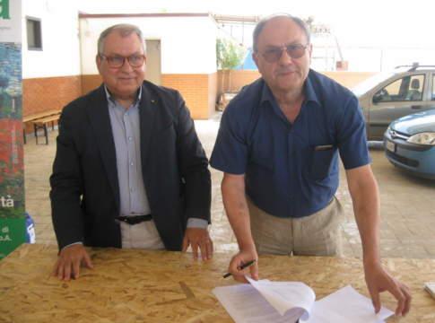 Antonio Nisi (a sinistra) ed Eugenio Tassinari firmano l'accordo fra il Consorzio di tutela e valorizzazione della Lenticchia di Altamura Igp l'Isea | Lenticchia di Altamura